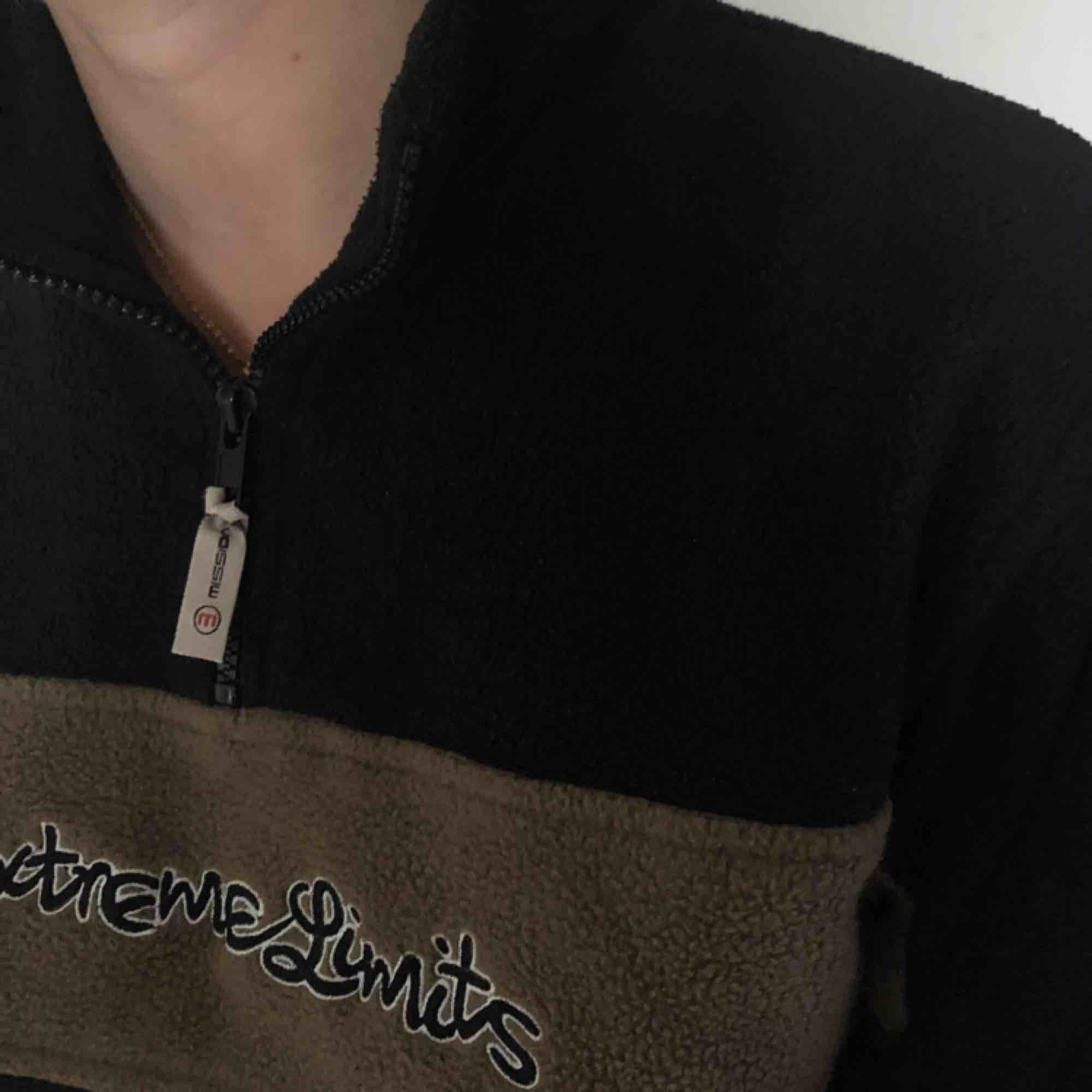 Supersöt halfzip tröja i fluffigt & mysigt material. Köpt på beyond retro i Malmö för 300kr, är knappt använd av mig!! Köparen står för frakt 🦋✨🦋. Tröjor & Koftor.