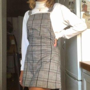 Rutig hängsleklänning med en söt ficka på, fin att ha över en snygg bralette eller en större tröja som på bilderna, i nyskick