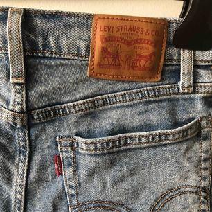 Levis shorts köpta förra sommaren och använda en del men fortfarande i bra skick. Modellen är wedgie short.