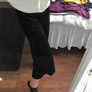 Jättefina sammets byxor från Lindex. Lite korta för mig men sitter så fint! Jättesköna! De är i storleken 170 som är ungefär S.   Kan mötas upp i GBG annars står köparen för frakten!