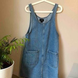 Fin jeansklänning i storlek XS men passar mig dom vanligtvis har M. Inte använd många gånger. Betalning sker via Swish eller uppmötning i Göteborg ❤️❤️OBS köparen står för frakt