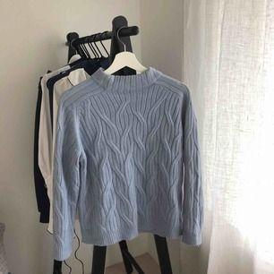 Ljusblå stickad tröja från Mango.