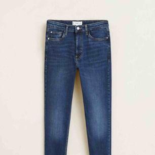 Snygga tajta jeans från Mango i modellen Soho.