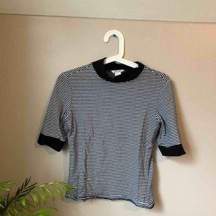 Snygg randig tröja med hög hals, storlek S! Betalning sker via Swish eller uppmötning i Göteborg ❤️❤️