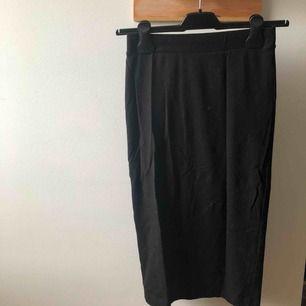 H&M kjol, medellång och tajt. Använd i några fåtal gånger och fortfarande i väldigt bra skick.