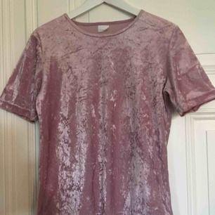 Supersnygg velvet-tröja köpt second hand. Passar även storlek S.