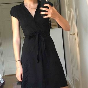 Svart klänning i fint skick! Det är ingen fläck bara smutsig spegel :c