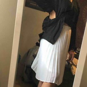 Suuuuuuupersnygg kjol köpt i en second hand affär i Tokyo som heter Chicago för 400kr, är tunn & lätt och samtidigt sjukt snygg! Säljer för den kommer inte till användning. Köparen står för frakt 💞