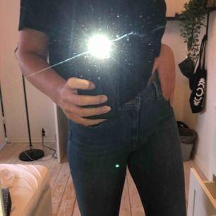"""Levis jeans i """"high rise skinny"""" modell. Fåtal gånger använda. Dvs väldigt bra skick. Stretchiga så skulle nog passa 31 också. Jag är 176 cm lång."""