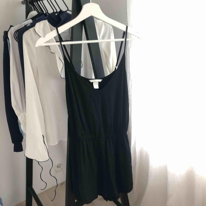 Svart enkel jumpsuit från hm. Perfekt på sommaren. Axelbanden går att justera.. Shorts.