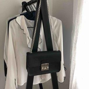 Perfekta svarta väskan som funkar till allt! Beställd från Zalando men aldrig använd. Axelbandet går att justera i längd