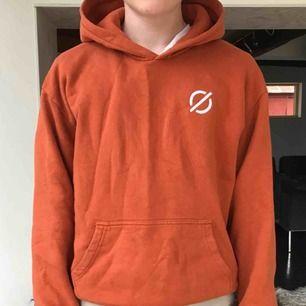 Snygg och mysig hoodie från märket Ronning. Det vill säga Magnus Ronning. Storlek Small men oversize. Nypris 800kr.