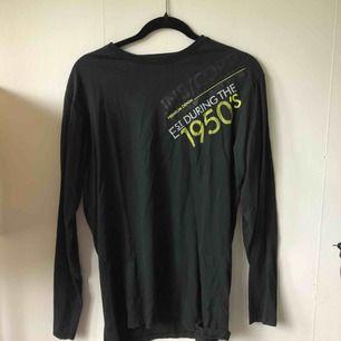 En svart långärmad tröja ifrån designlab. Storlek L men är perfekt som oversized tröja på mig med XS/S!