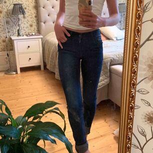 Jättefina Levi's jeans i storlek 25, skulle nog säga att det är som XS/S. Om du undrar något eller vill ha fler bilder är det bara att fråga! 💞💞