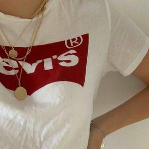 Säljer min Levis tröja som köptes för tre år sedan. Använts flitigt!