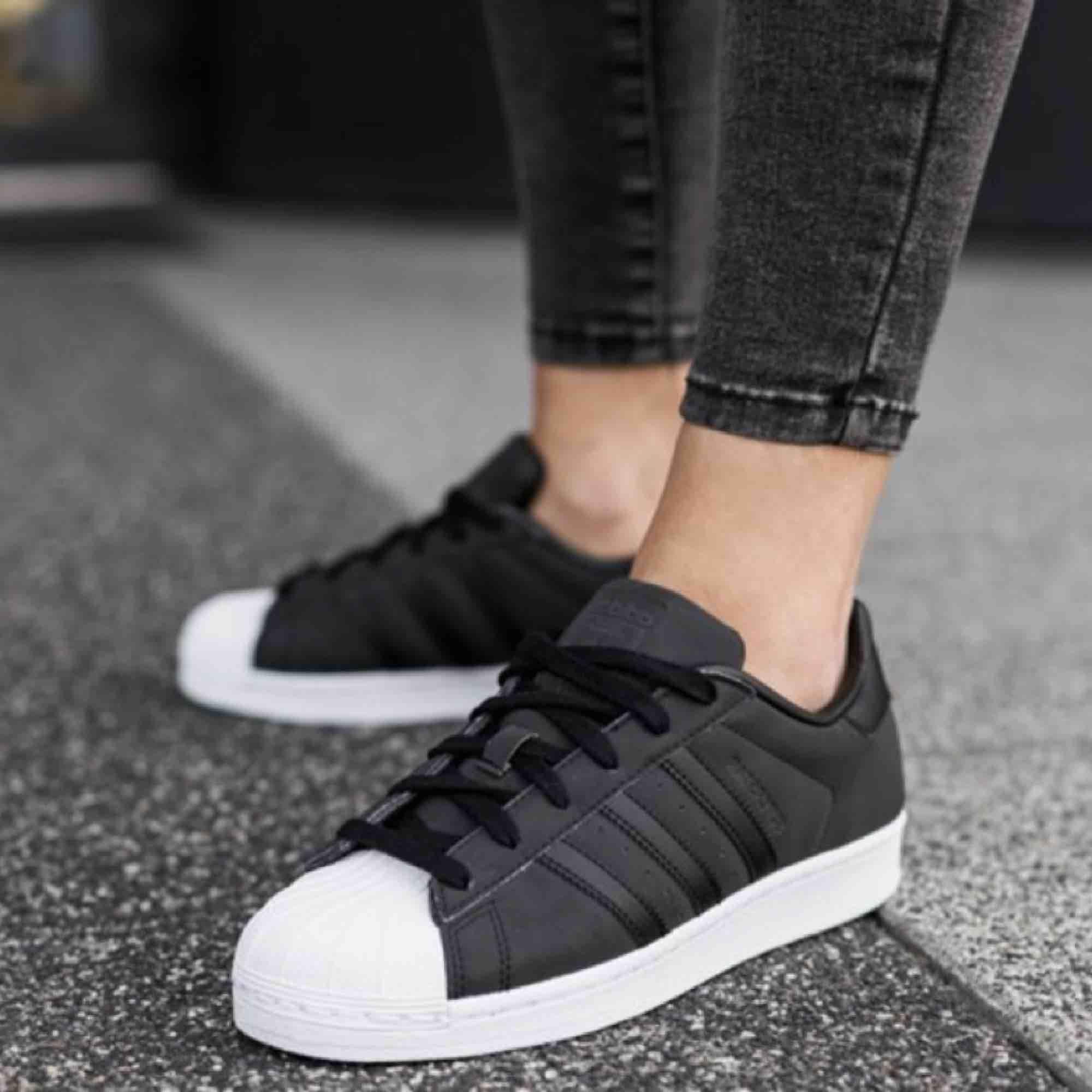 Svarta/gråa Adidas Superstar storlek 37 1/3, använt men bra skick. Obs lådan ingår ej.  Frakt kostar 63kr extra, postar med videobevis/bildbevis. Jag garanterar en snabb pålitlig affär!✨ ✖️Fraktar endast✖️. Skor.