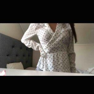 Prickig blus från Gina tricot, helt ny med prislapp kvar.