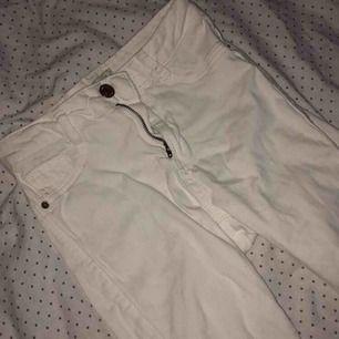 Vita högmidjade jeans, nyskick.