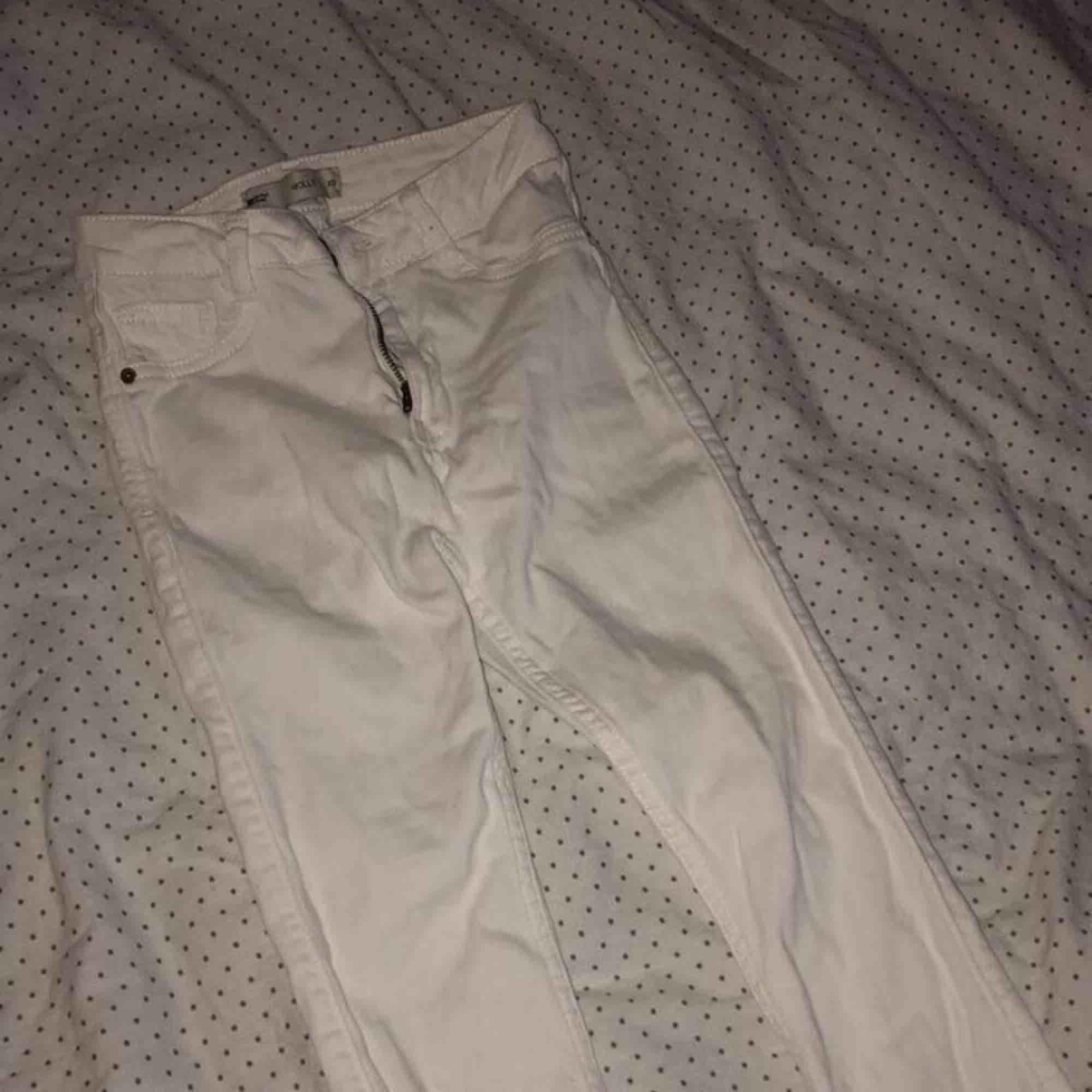 Vita högmidjade jeans, nyskick. . Jeans & Byxor.
