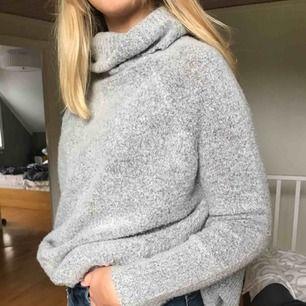 Skön stickad tröja som är lång men lätt att stoppa in om man vill ha det så. Dock ett hål men som inte syns men även lätt att laga. 80kr + frakt.