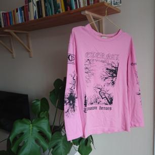 Fin tröja från Weekday i bra skick! Står extra small som storlek men den är snarare som ett M då den är oversizad i storleken.