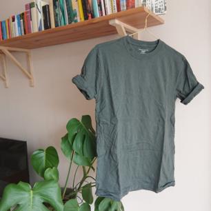 Grön t-shirt från Tommy Hilfiger i använt men bra skick! Står XL som storlek i den men den är snarare i storlek M.