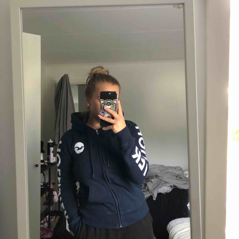 Fin zip-hoodie från hollister i storleken s. Inte använt då mycket, max 5 gånger. Säljer då den bara ligger i garderoben och tar plats. Frakt tillkommer. . Huvtröjor & Träningströjor.