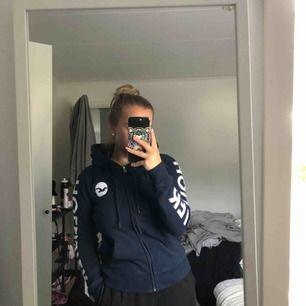 Fin zip-hoodie från hollister i storleken s. Inte använt då mycket, max 5 gånger. Säljer då den bara ligger i garderoben och tar plats. Frakt tillkommer.