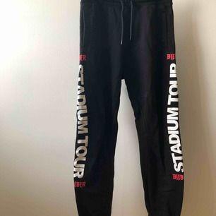 Justin Bieber x H&M mjukisbyxor i storlek XS herr. Använda ett fåtal gånger och fortfarande i väldigt bra skick