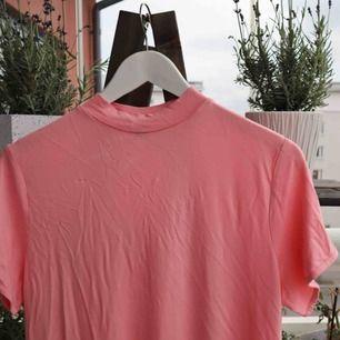 Rosa t-shirtklänning, oanvänd. Säljes pga något för kort, perfekt för någon under 170!  Skriv för mer bilder :) 🌸 Kan mötas upp i Stockholm annars står köparen för frakt
