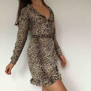 Sötaste overlap klänningen i världen! Frakt ingår i priset. Tunt material som gör den perfekt till en sommarkväll i stan