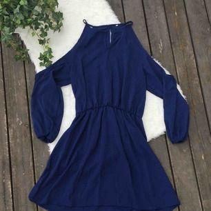 Fin mörkblå klänning med öppning i ryggen. Säljer en likadan i aprikosfärg. Dock har knappen framtill åkt av och kan inte hitta den (se bild 3) men är lätt att sy dit en ny om man vill. Frakt ingår i priset.