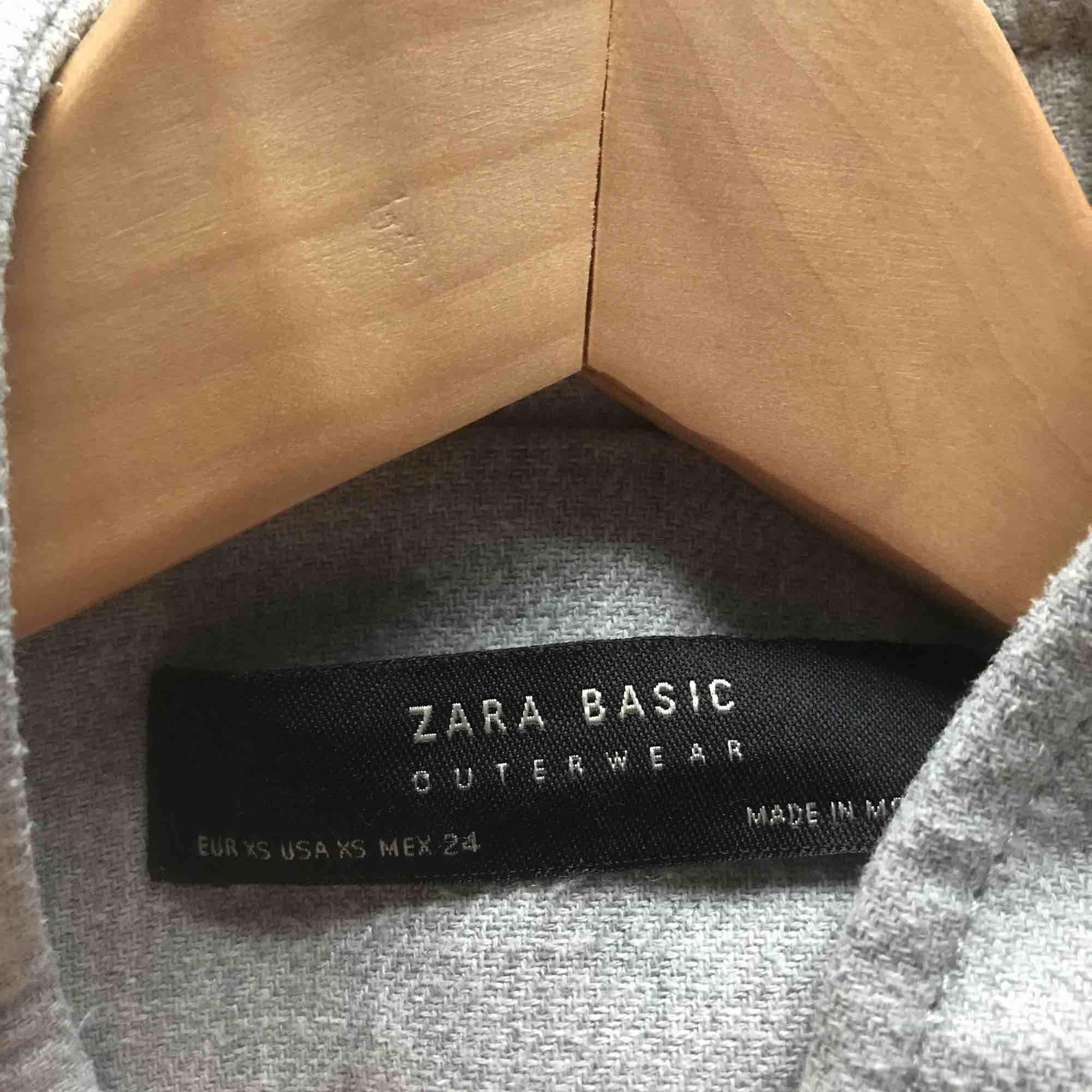 Kappa från Zara, Gott skick. Hör gärna av er om ni har frågor om mått mm.. Jackor.