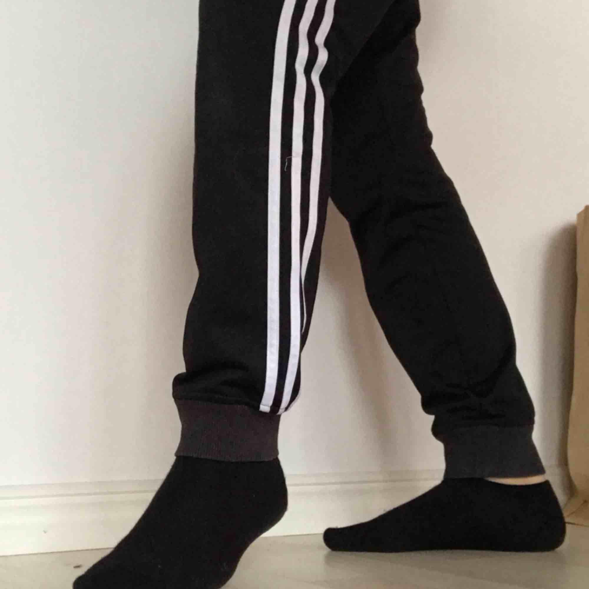 Adidasbyxor i nyskick! Fri frakt. Sjukt snygga och bekväma som både mjukis och träningsbyxor. Jeans & Byxor.