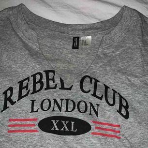 🖤En croppad tröja från H&M i XS men skulle passa en S också beroende på hur man vill ha pasformen. Frakten ingår🖤
