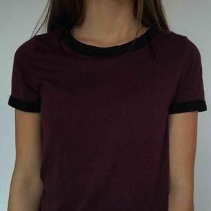 Skitsnygg simpel Lila T-shirt. Priset är inte hugget i sten! Fri frakt. Säljer pga att jag inte använder den längre.