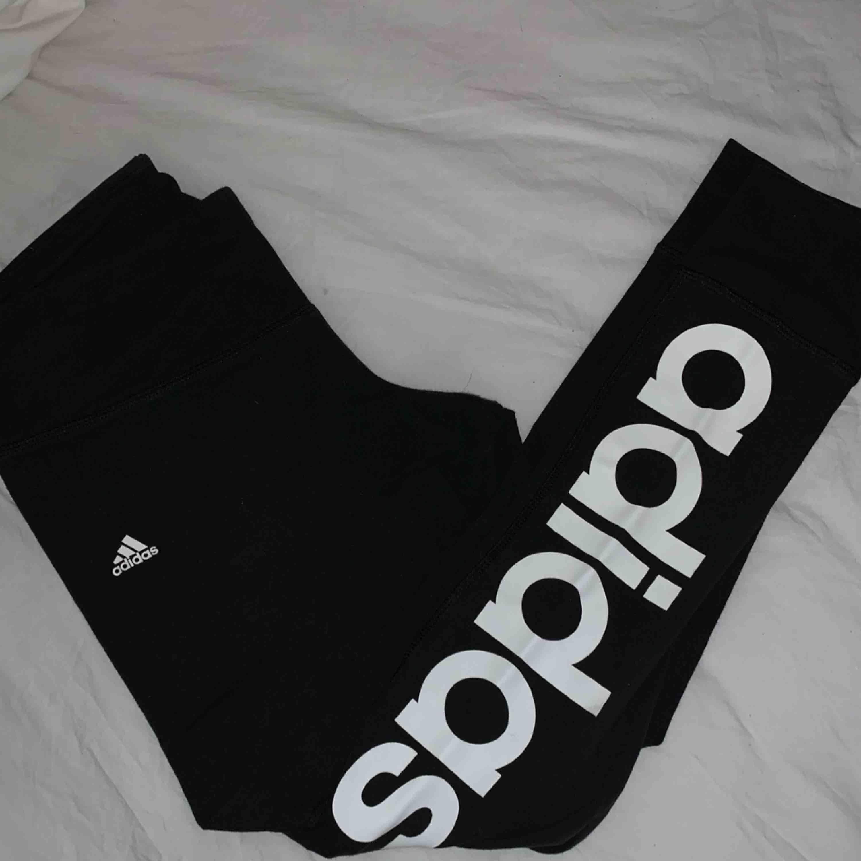 Super sköna leggings från adidas. Står adidas på vänster benet.. Jeans & Byxor.