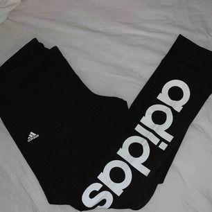 Super sköna leggings från adidas. Står adidas på vänster benet.