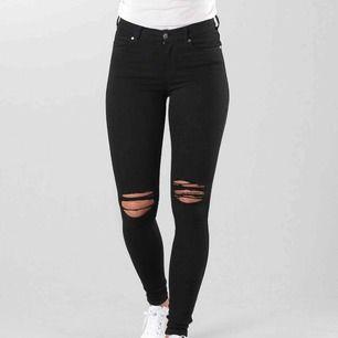 Säljer jeans som på bilden från Dr. Denim i modellen lexy. Säljer dem för att de är för småa för mig och är endast testade, kunde inte skicka tillbaka dom pga tog av lappen för snabbt. Frakt tillkommer!😘