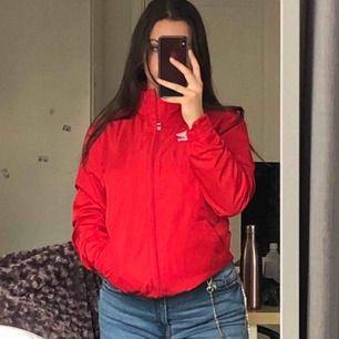 As snygg umbro jacka i världens finaste röda färg och cool krage! Skriv ifall du har några frågor :) pris kan diskuteras. Frakt; 36kr