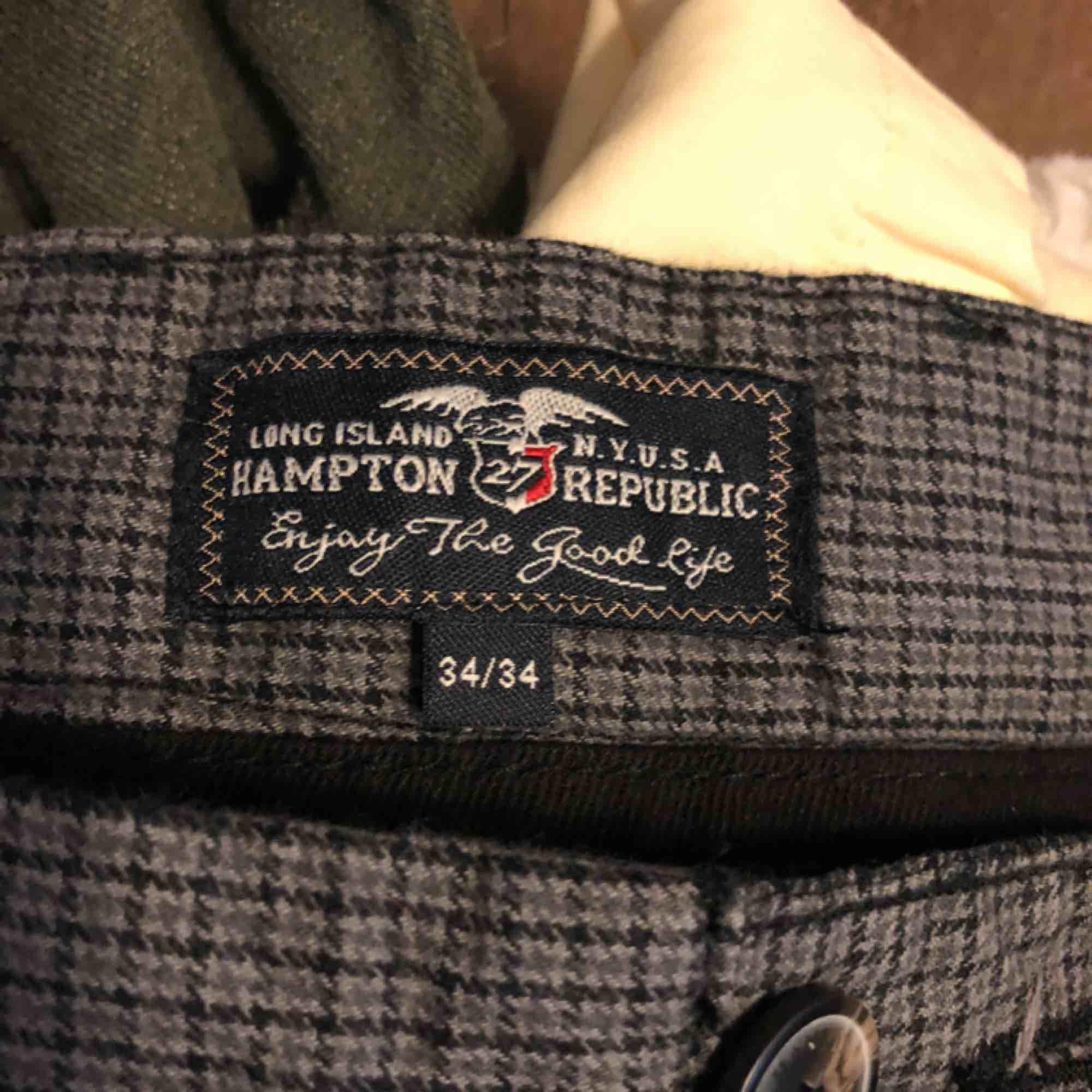 Kostymbyxor från Kappahls hampton republic. Storlek 34/34. I väldigt fint skick. . Jeans & Byxor.