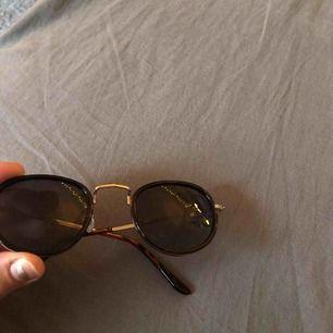 Solglasögon som jag tyvärr inte minns var jag köpt. Swipea för att se bild på bågarna. Köparen står för frakten!