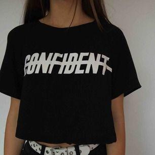 Sjukt cool T-shirt med texten confident på. Magtröja i meshaktigt tyg. Säljer pga att jag inte använder den längre