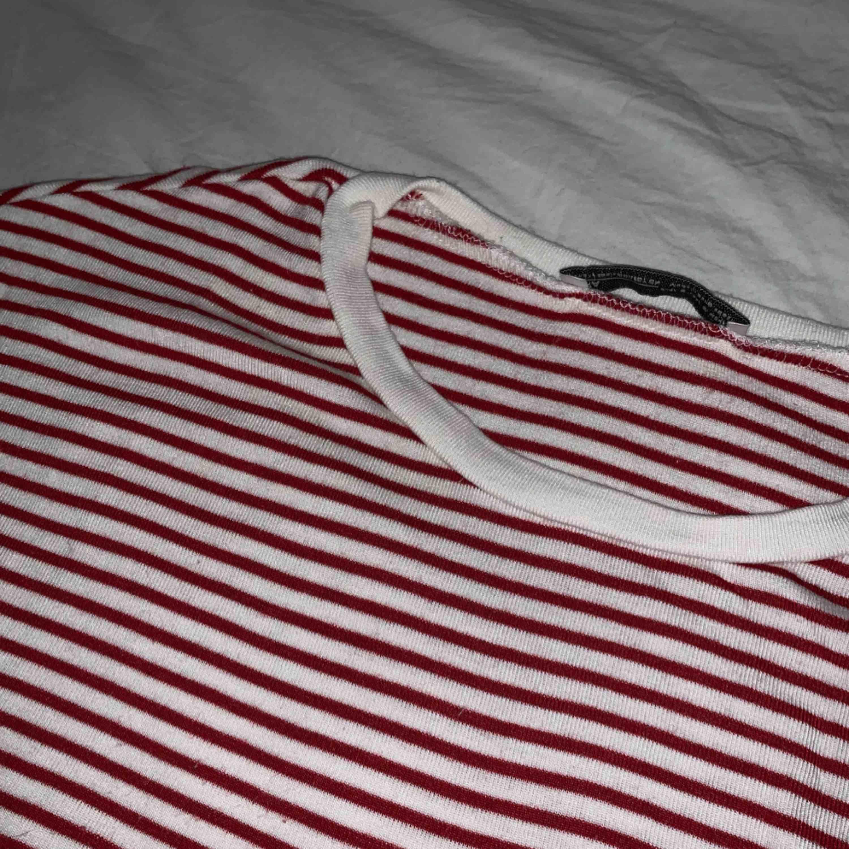 En croppad T-shirt från zara, passar en XS. T-shirts.