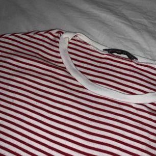 En croppad T-shirt från zara, passar en XS