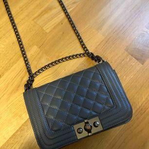 Fin grå väska från Ginatricot. Lite avskavd färg, se bild 3, men annars i fint skick. Köparen står för ev. frakt 🥰