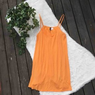 Enkel klänning i jätteskönt tunt material. Köpt på H&M i storlek 38 men passar även 36. Frakt ingår i priset.