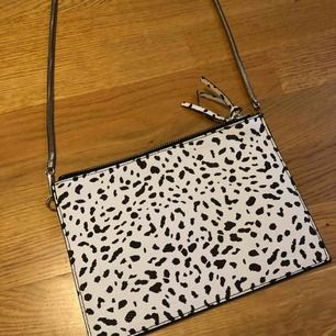 Fin väska från Monki, aldrig använd. Köparen står för ev. frakt 🥰