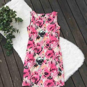 Jättefin elegant men utstickande klänning. Köpt på Lindex. Storlek 36. Dragkedja i sidan. Använd en gång så som ny. Frakt ingår i priset.