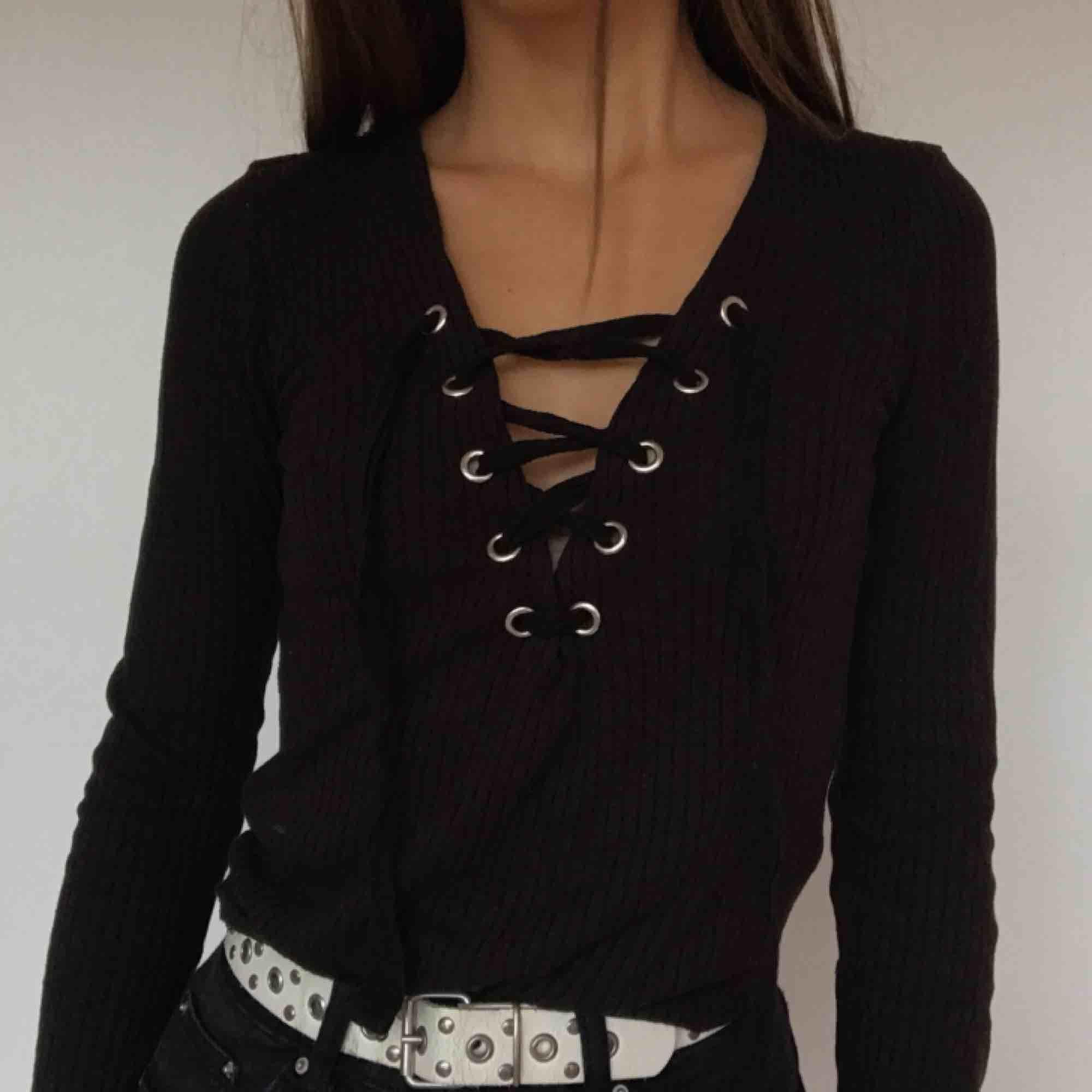 Sjukt snygg urringad tröja med cool snörningsdetalj! Köpt på Gina. Säljer pga att jag inte använder den längre . Toppar.